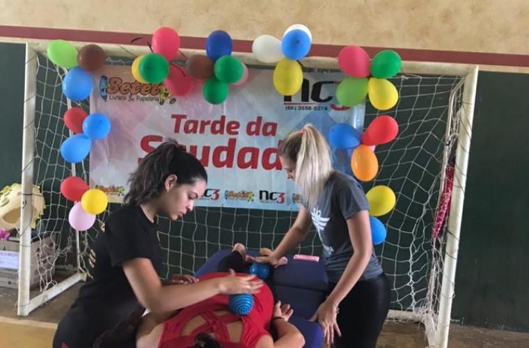 Acadêmicas de Fisioterapia realizando massagem terapêutica nos idosos